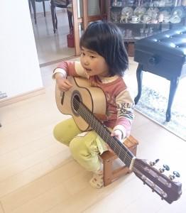 ギターを弾く娘